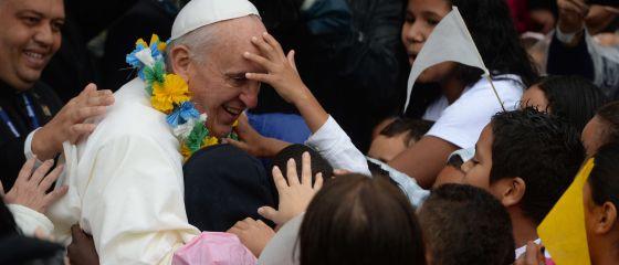 Niños se acercan a Francisco en un favela de Río. / YASUYOSHI CHIBA (AFP)