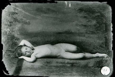 A menina Evelyn Hatch completamente nua, fotografada por Lewis Carroll, em 1878