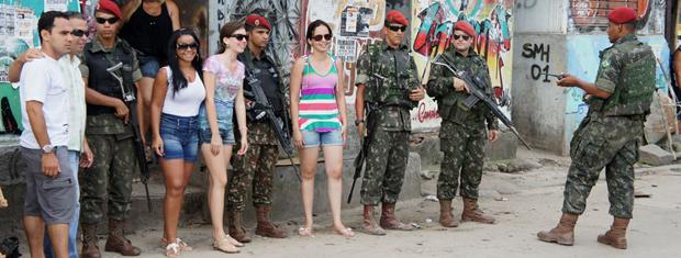 Acontece no Rio de Janeiro, na Bahia, principalmente. Também noutras cidades do Brasil favelado. A foto é do Recife. Os soldados de Pernambuco imitam os soldados da Rainha da Inglaterra