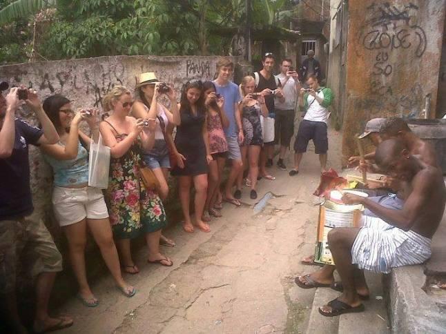 """Iconoclastia Incendiária: Safari humano nas favelas do Rio. Uma modalidade de turismo chamada """"slumming"""".  Quem são esses animais que moram aqui? E quem são os animais exóticos que vem fotografar? Que tipo de animal nós somos?"""