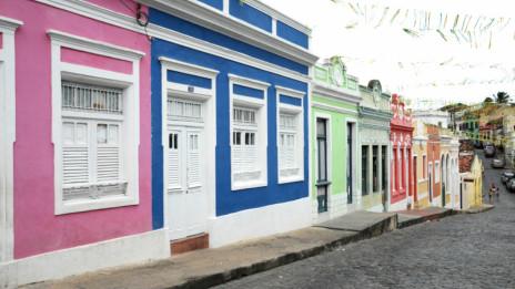 Lily Green admira o colorido das casas, como nesta rua