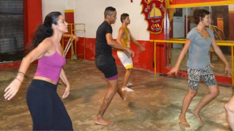 Lily Green (à direita, de camiseta cinza) em uma aula de dança no Recife