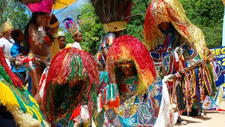 O maracatu no interior de Pernambuco, com seu colorido exuberante
