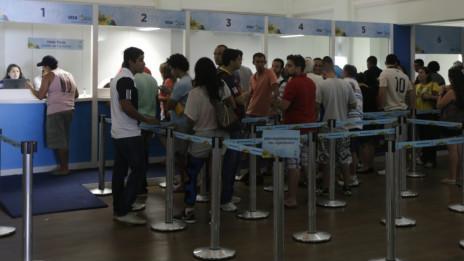 Torcedores aguardam em fila para comprar ingressos para jogo de futebol