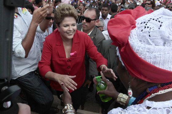 Dilma, em campanha em Salvador no dia 9 / DARIO G. NETO (EFE)
