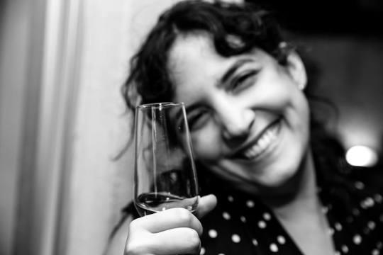 Cristina Moreno de Castro fotógrafa, poeta e jornalista, brindando os prêmios de hoje e do futuro