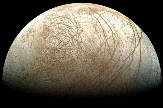 Lo que se ve es Europa, la helada luna de Jupiter, en una imagen que replica cómo se vería con nuestros ojos. La foto es resultado de un proceso que hizo la Nasa a las capturas que ha conseguido la sonda espacial Galileo, desde finales de los 90.  Para los científicos, Europa resulta todo un misterio, por contar aparentemente con un océano, así como con miles de grietas que se le ven formadas.