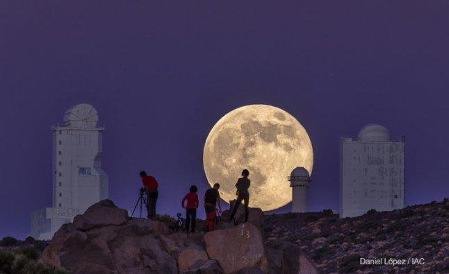 """Esta imagen dio la vuelta al mundo, tanto que elegida una de las mejores por el Wall Street Journal. Fue tomada en inmediaciones del Observatorio del Teide, de Instituto de Astrofísica de Canarias (IAC), que se dedicó a registrar el fenómeno de la SuperLuna del pasado 10 de agosto. """"Este fenómeno ocurre cuando nuestro satélite natural se encuentra en su perigeo, el punto de su órbita más cercano a la Tierra. La Luna llena tiene un tamaño un 14% mayor y es un 30% más brillante que en el punto de la órbita más alejado a la Tierra"""", explica ABC."""
