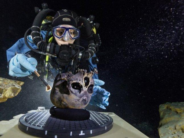 """El cráneo pertenece a Naia, quien hace 12 mil años vivió en la Península del Yucatán. Según se afirma, es """"uno de los esqueletos más antiguos encontrados hasta ahora en el continente americano"""", además del más completo. Sus restos fueron ubicados a más de 40 metros bajo el nivel del mar, en una cueva hoy inundada, llamada Hoyo Negro. Su aparición ha dado """"datos esclarecedores sobre los orígenes de los primeros habitantes americanos"""", quienes pasaron desde Asia hacia nuestro continente, por el estrecho de Bering, durante la glaciación."""