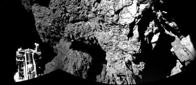 La superficie en la foto no es cualquiera. Se trata del cometa 67P/Churyumov-Gerasimenko, el primero en recibir a un robot hecho por el hombre: Philae. El módulo de la sonda espacial Rosetta hizo historia tras posarse sobre el cuerpo espacial, de la que tuvieron que pasar 10 años para hacerse realidad.
