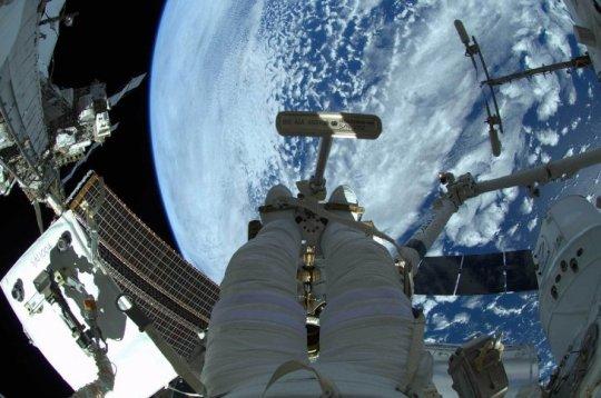 Alexander Gerst, el astronauta de la Agencia Espacial Europa tuvo su mundo a los pies cuando en noviembre pasado debió realizar una caminata espacial por la Estación Espacial Internacional (ISS). El objetivo, unas mantenciones, pero la vista, espectacular.