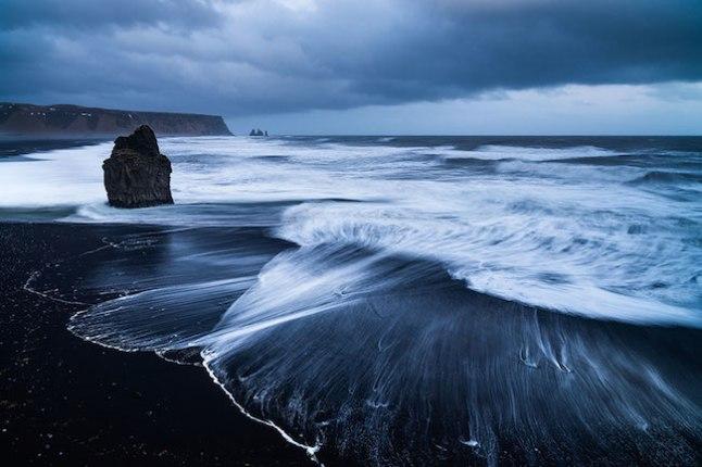 A Islândia é um país com uma grande quantidade de atividade vulcânica, por isso as praias pretas são tão comuns por lá.