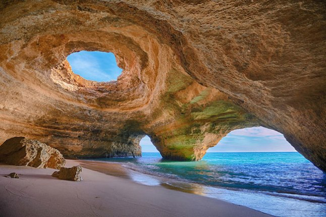 A costa de Algarve é constituída por calcário, que é facilmente desgastado, o que leva à formação dessas impressionantes cavernas.