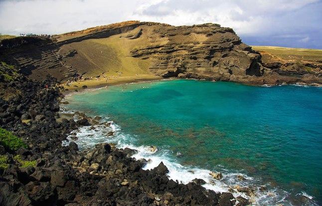 A areia verde nesta praia é causada pelo mineral olivina, que é formado pela lava que esfria no mar.