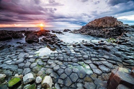 A Calçada dos Gigantes foi formada há 50/60 milhões de anos, quando lavas basálticas subiram à superfície e se resfriaram, formando essas rachaduras e as grandes colunas.