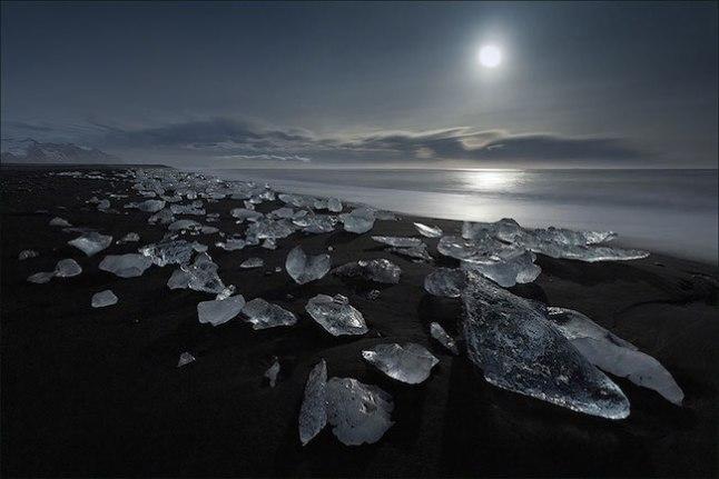 Aqui temos um belo contraste da areia negra com pedaços brancos de gelo.