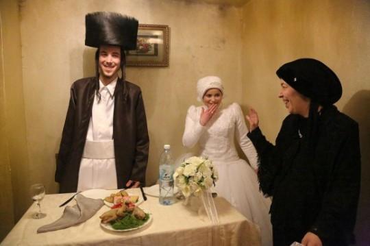 """Ganadora del segundo lugar – """"Primera vez"""" de Agnieszka Traczewska.Mea Shearim, ultraortodoxo del distrito de Jerusalén. Recién casados, Aarón y Rivkeh después de la ceremonia de la boda van a permanecer juntos por primera vez, solos. Su matrimonio fue arreglado por las familias"""