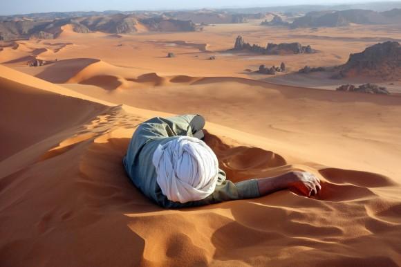 """Mérito – """" Un merecido descanso en el Sahara """" por Evan Cole"""