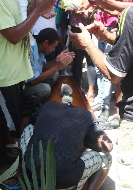 Parentes e amigos cantam 'Parabéns para você' antes do sepultamento Foto Fabiano Rocha