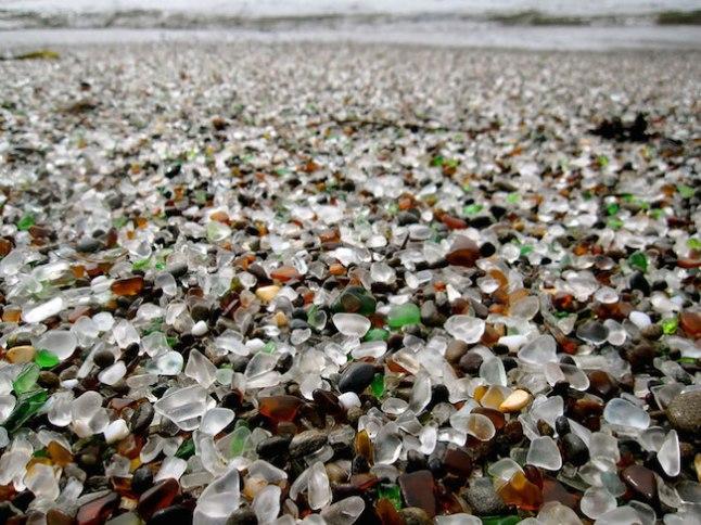 A praia da areia de vidro se formou depois que o lixo despejado por anos, foi batido e misturado na areia pelas ondas, transformando-o numa espécie de areia de vidro!