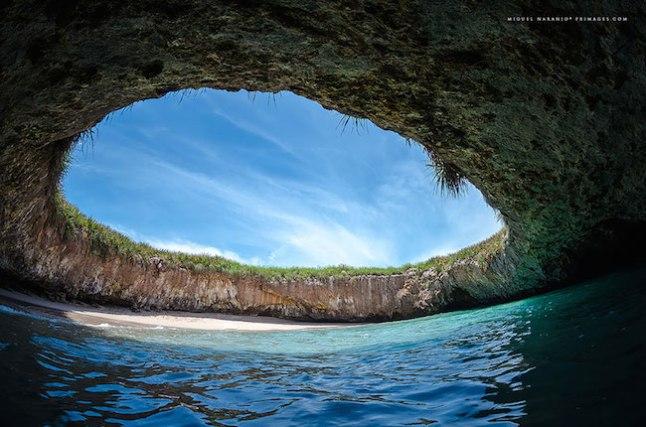 Os rumores dizem que esta praia foi formada após o governo mexicano utilizar as ilhas, então desabitadas, para práticas bélicas, em 1900.