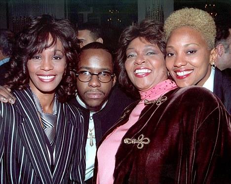 Whitney, (esquerda) com Bobby Brown, sua mãe Cissy e (direita) Robyn Crawford
