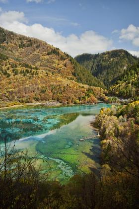 El Valle de Nueve Aldeas Jiuzhaigou, China. Cuenta con cascadas, lagos multicolores y picos nevados