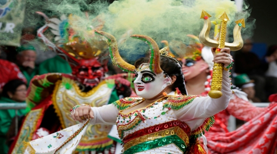 """Members of the """"Diablada"""" group perform during the Carnival parade in Oruro"""