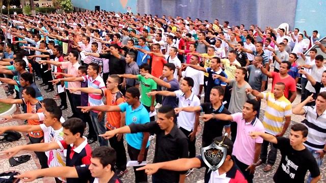 Grupo de jovens recrutados para o 'exército' do projeto em Fortaleza.