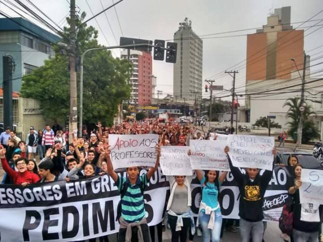 Alunos da escola Professor Manuel Ciridião Buarque protestam em favor dos professores em greve—Foto: Victor Cosi