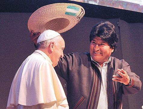 Acto. Evo Morales coloca el sombrero de sao al Santo Padre. Wara Vargas