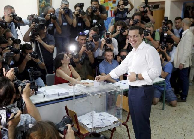 Alexis Tsipras no momento em que depositou o seu voto no referendo REUTERS/CHRISTIAN HARTMANN
