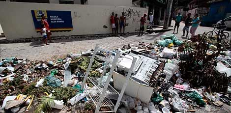 No Córrego do Deodato, lixo em frente à escola municipal tem fogão, estante, ventilador e restos de comida Foto: Guga Matos