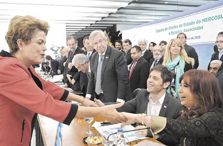 Dilma Rousseff saluda a Cristina Kirchner y a Axel Kicillof antes del inicio de la Cumbre del Mercosur, en Brasilia.