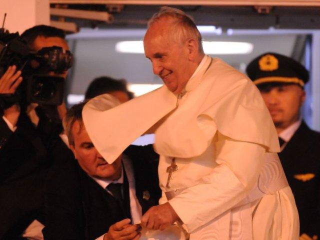 El papa Francisco llegó al aeropuerto romano de Ciampino de regreso del viaje que comenzó el pasado 5 de julio y que le llevó de gira por Ecuador, Bolivia y Paraguay. | Foto: EFE