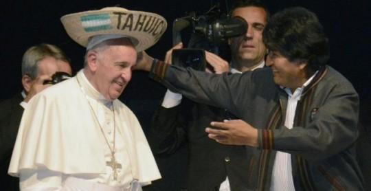 El papa Francisco usa un sombrero típico de la región de Santa Cruz mientras saluda al presidente boliviano, Evo Morales, durante un encuentro con movimientos sociales en Santa Cruz (Bolivia)./ EFE