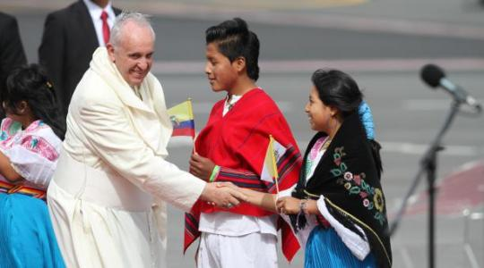 El primer papa jesuita y latinoamericano de la historia aterizó hacia las 14-43 en Quito. Foto- Patricio Terán: