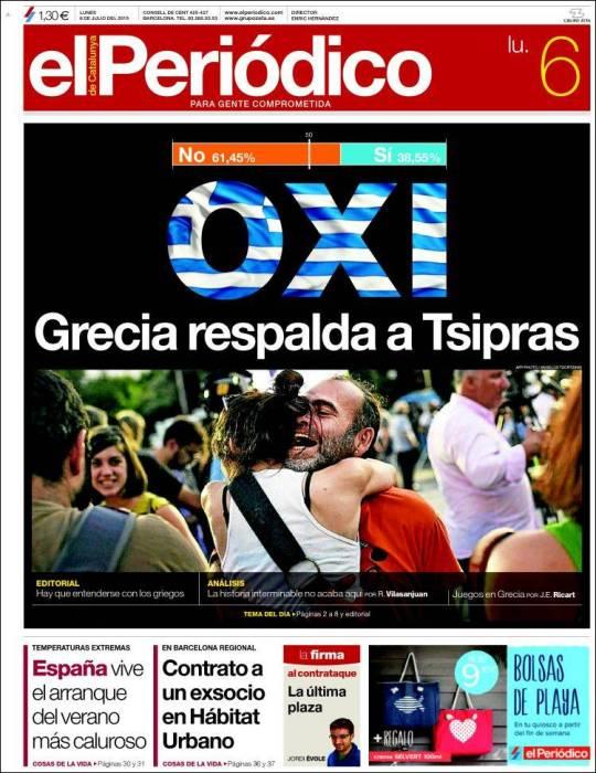 Partidarios del 'Oxi' ('no') agitando sus banderas, este domingo, delante del Parlamento griego.