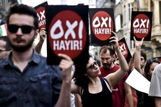Manifestação de esquerda na Turquia em solidariedade com o povo grego. OXI em grego é Não. AFP/OZAN KOSE
