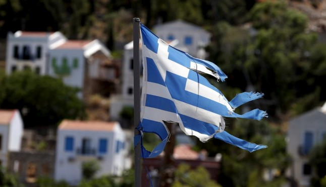 Uma bandeira grega rasgada na ilha de Kastellorizo REUTERS/CATHAL MCNAUGHTON