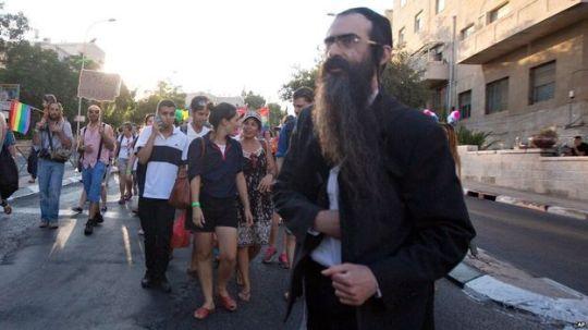 Los fotógrafos que cubrían el desfile del orgullo gay captaron el momento exacto en que Schlissel sacaba un cuchillo de su chaqueta