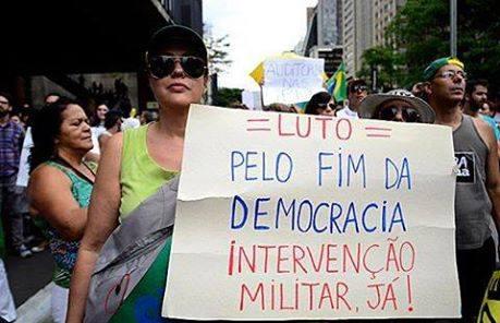 ditadura luo democracia