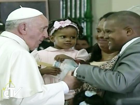 Papa Francisco saudou família que partilhou com a comunidade sobre as dificuldades de viver uma 'igreja doméstica'. Foto CTV