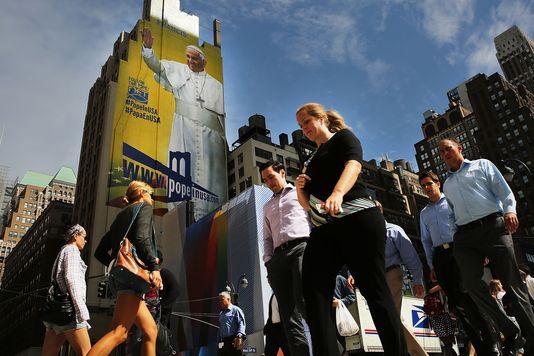 Une immense affiche représentant le pape François à New York le 21 septembre 2015. SPENCER PLATT / AFP