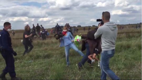 une-journaliste-renvoyee-pour-avoir-fait-trebucher-des-migrants