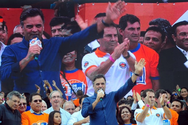 Aécio Neves discursa ladeado por Paulinho da Força que votou na terceirizacão