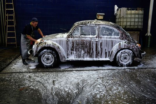 Au Brésil, Volkswagen, fabrique la populaire Fusca, nom local de la Coccinelle YASUYOSHI CHIBA / AFP