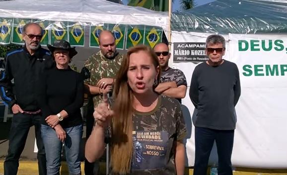 """Grupo acampa em frente ao quartel do Exército para pedir """"intervenção militar"""""""